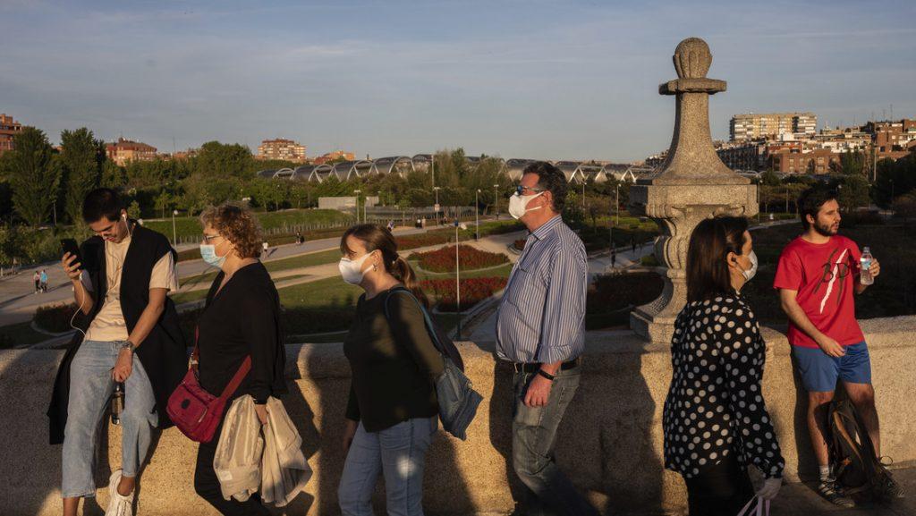 Grupo de personas cruzan el puente de Toledo en Madrid (España), el 2 de mayo de 2020. Bernat Armangue / AP