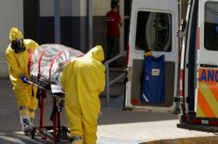 Paramédicos trasladan a un paciente con coronavirus, Ciudad Juárez, Chihuahua, 13 de mayo de 2020. Jose Luis Gonzalez / Reuters