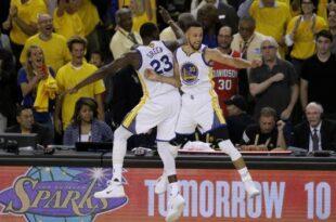 En esta foto del 12 d ejunio de 2017, Draymond Green (izquierda) y Stephen Curry, de los Warriors de Golden State, festejan durante el quinto partido de la final ante los Cavaliers de Cleveland, en Oakland, California (AP/Ben Margot)