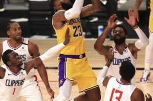 LeBron James, de los Lakers de Los Ángeles, encesta ante los Clippers de la misma ciudad, en el cuarto periodo del partido realizado este jueves en Lake Buena Vista, Florida.