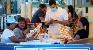 Personas realizan un pedido en un restaurante de Miami en EE.UU., este 8 de julio de 2020. (EFE/Cristóbal Herrera)