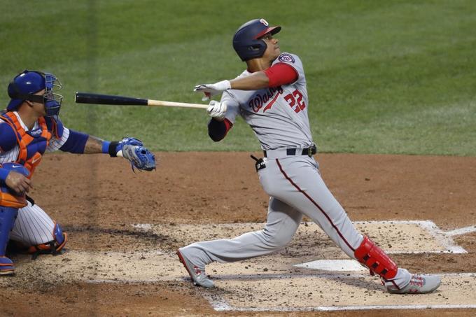 Juan Soto de los Washington Nationals, a la derecha, observa su jonrón en el partido de los Nacionales ante los Mets de Nueva York. El receptor de los Mets Wilson Ramos, izquierda.