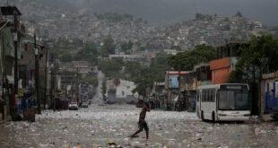 Un hombre camina bajo las lluvias de la tormenta tropical Laura en Puerto Príncipe (Haití), 23 de agosto 2020