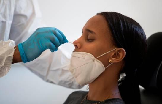 Personal sanitario realiza una prueba PCR de COVID-19.