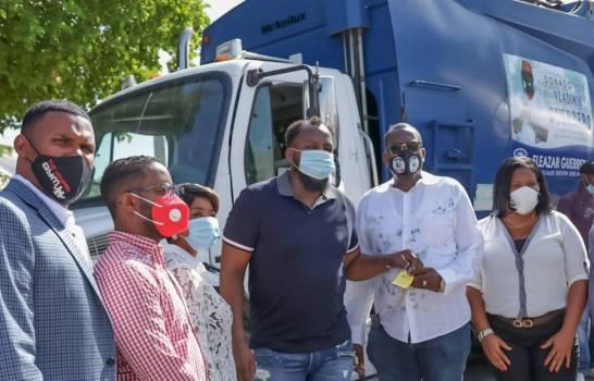 Vladimir Guerrero, tercero desde la derecha, entrega a su hermano Eliezer, alcalde de Nizado, las llaves de dos camiones compactadores de basura. (Fuente externa)