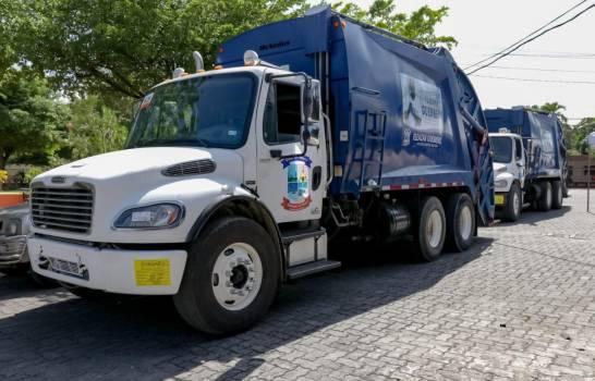 Los camiones donados por Vladimir Guerrero a la alcaldía de Nizao, para la recogida de basura. (Fuente externa)