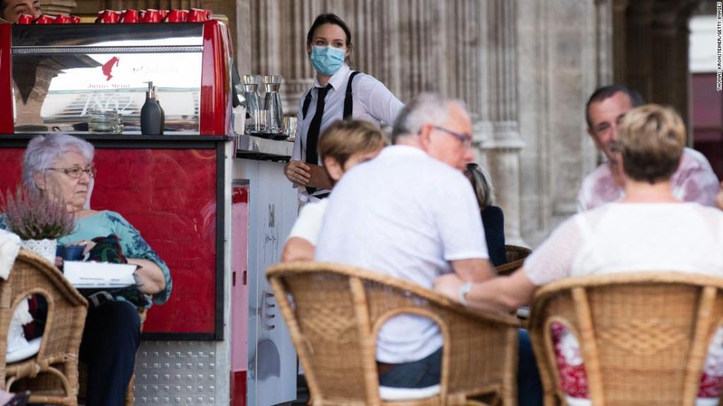 Una mesera en Viena usa una mascarilla como lo exigen las nuevas y más estrictas reglas establecidas por el gobierno austriaco el 14 de septiembre.