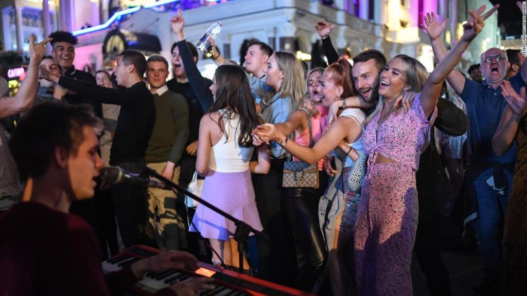 Personas bailan en Leicester Square, en el centro de Londres, el 12 de septiembre, días antes de que se restringieran nuevamente las reuniones sociales.