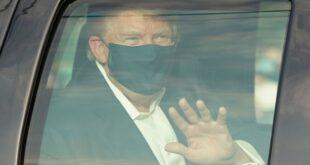 Trump saludó a sus partidarios desde el automóvil presidencial con la ventana cerrada.