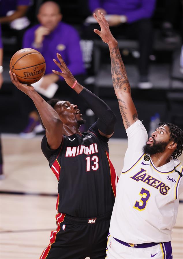 El alero de Miami Heat Bam Adebayo (L) se prepara a disparar ante la marca del alero de Los Angeles Lakers Anthony Davis (R). Florida, USA, 11 de octubre de 2020. .) EFE / EPA / ERIK S. LESSER