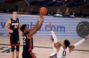 Jimmy Butler (22) de Miami Heat dispara contra Kyle Kuzma (0) de Los Ángeles Lakers durante la segunda mitad del tercer juego las Finales de la NBA, el domingo 4 de octubre de 2020, en Lake Buena Vista, Florida.