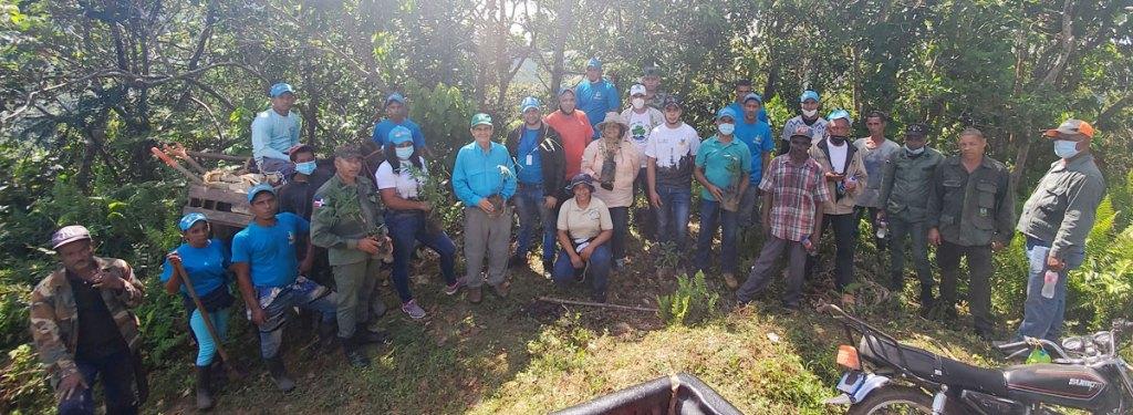 Jesús Moreno Portalatín y el viceministro de Suelo y Agua del Ministerio de Medio Ambiente, Ing. Juan Fulvio Ureña Acosta, encabezaron el acto para dar continuación al proceso de regeneración asistida a una área de 37 tareas de terrenos degradados de la Reserva Científica Loma Quita Espuela.