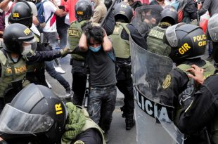 La Policía Nacional reprime protestas contra el presidente interino Manuel Merino, Lima, 10 de noviembre de 2020