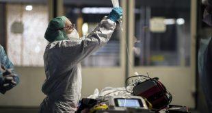 Un médico del hospital Hautepierre atiende a un paciente con el covid-19, Estrasburgo, Francia, el 12 de noviembre de 2020