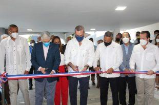 Presidente Luis Abinader y el senador Franklin Romero cortan la cinta