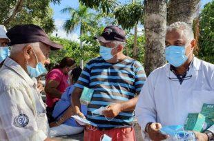 El doctor Luis Rosario, director de la principal de Salud, encabeza un operativo de entrega de mascarillas en compañía de miembros del Ejército y la Policía Nacional