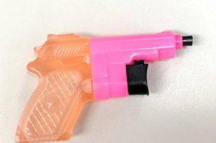 Pistola de juguete con el mango relleno de un líquido dulce. (DIARIO LIBRE/PEDRO BAZIL)