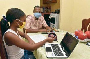Los estudiantes preuniversitarios estudian a distancia con la ayuda de sus padres o tutores.