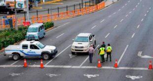 Agentes policiales y de la Digesett verifican que un conductor cuente con los permisos para transitar durante el toque de queda. (DIARIO LIBRE/DANIA ACEVEDO)