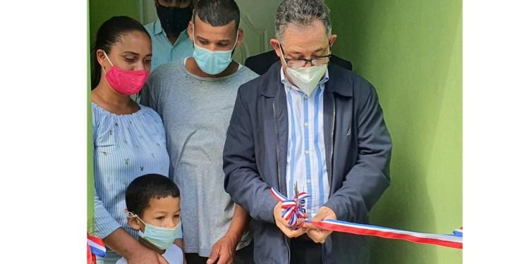 El licenciado Elexido Paula, realiza el corte de cinta para inaugurar una de las casas remodeladas.