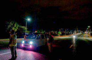 Un vehículo es detenido durante toque de queda. (DIARIO LIBRE/RICHARDO HERNÁNDEZ/ARCHIVO)