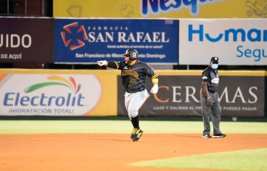 Luis Juárez recorre las bases luego de disparar un cuadrangular solitario que rompió la igualdad. (ANEURY TAVÁREZ)