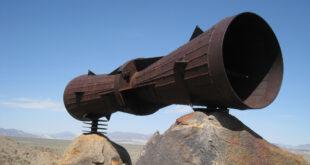 Estructura de metal con forma de megáfono en el desierto de Mojave (EE.UU.)