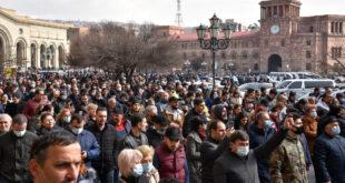 Simpatizantes del primer ministro de Armenia, Nikol Pashinián, en la plaza de República, Ereván, el 25 de febrero de 2021