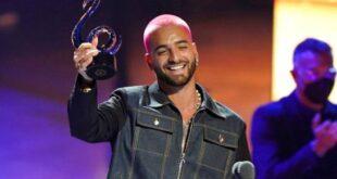 """Maluma recibe el Premio Lo Nuestro a la canción del año - pop, por """"ADMV"""", el jueves 18 de febrero de 2021 en el American Airlines Arena en Miami. (AP FOTO/MARTA LAVANDIER)"""