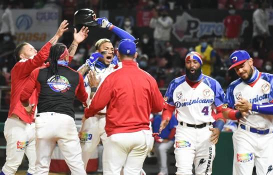 El antesalista panameño Johan Camargo, (3ro desde la izquierda), de las Águilas Cibaeñas (RD), es felicitado por sus compañeros luego de conectar jonrón que empató el partido ante los Criollos de Caguas de Puerto Rico (DL/Aneudy Tavares)