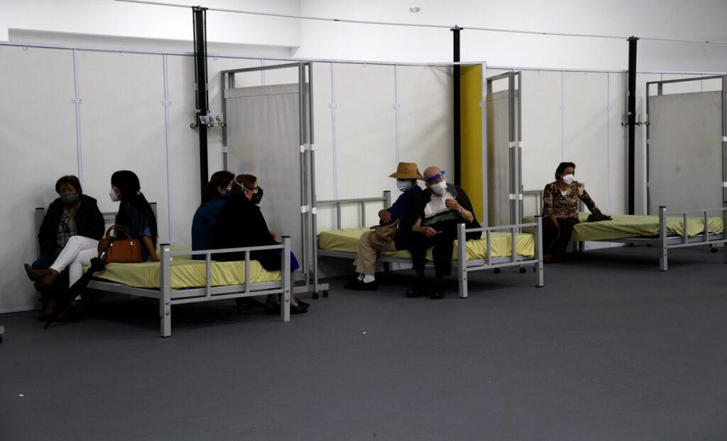 Personas descansan luego de recibir la vacuna contra el covid-19, en Quito, 31 de marzo de 2021