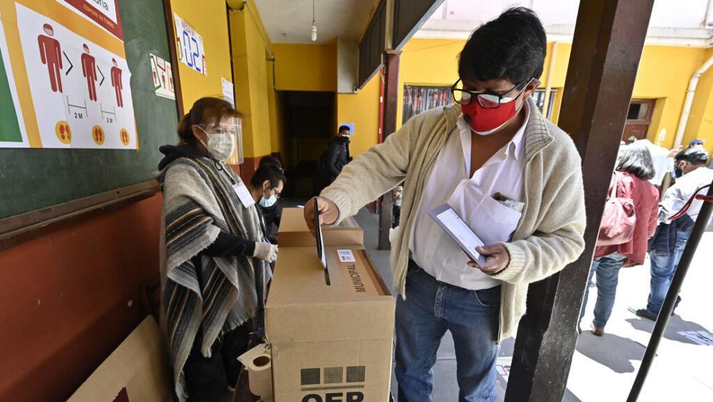 Un hombre vota en las elecciones regionales de Bolivia, en Laja, a 30 km de La Paz, 7 de marzo de 2021