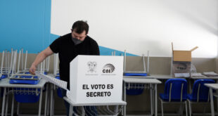 Un hombre vota durante las elecciones presidenciales de Ecuador, en Quito, 7 de febrero de 2021