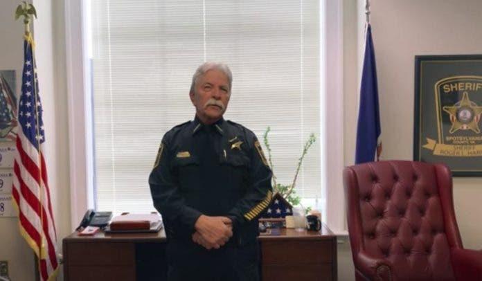En esta foto proveída por la Oficina del Sheriff del Condado Spotsylvania, el sheriff Roger Harris explica el video de una cámara corporal y el audio de una llamada al 911 dados a conocer el viernes, 23 de abril del 2021, que parecen mostrar que un agente del departamento confundió un teléfono inalámbrico que un hombre negro llevaba en una mano con una pistola, antes de balearle varias veces. Familiares dijeron que Isaiah Brown, de 32 años, estaba en cuidados intensivos con 10 heridas de bala tras el incidente en las afueras de una casa en el condado Spotsylvania el miércoles por la madrugada. (Oficina del Sheriff de Spotsylvania vía AP)