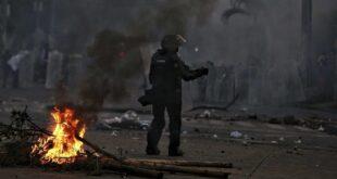 Un policía durante protestas en Cali, Colombia, el 30 de abril de 2021