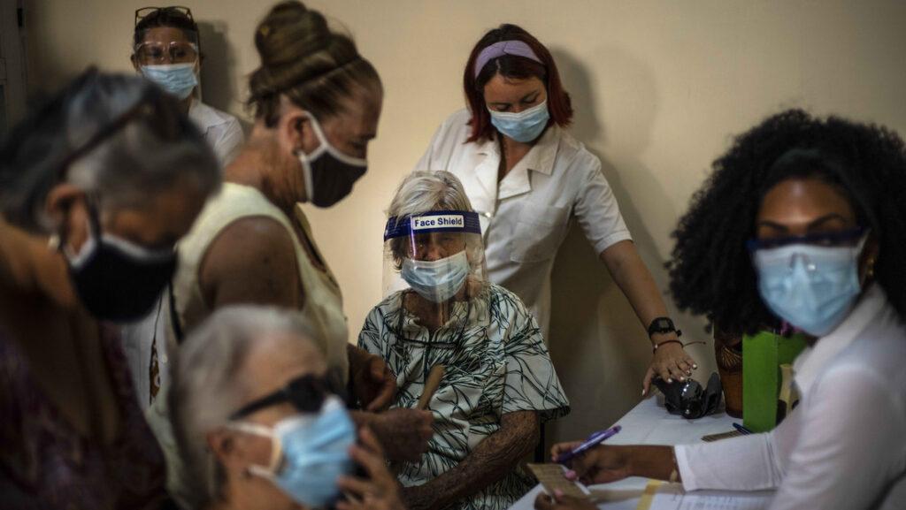 Inscripción de personas para recibir una dosis de la vacuna cubana Abdala contra el covid-19 en La Habana, Cuba, el 23 de junio de 2021.